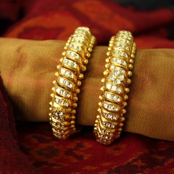Arresting 22K Yellow Gold and Uncut Diamond Bangles